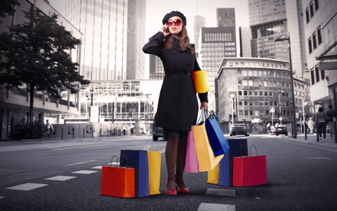девушка с покупками из магазина