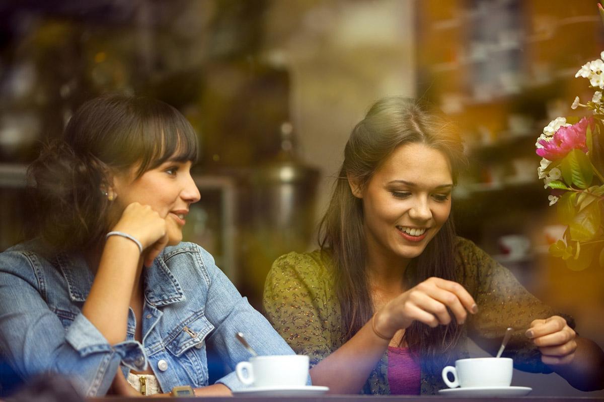 две девушки пьют чай