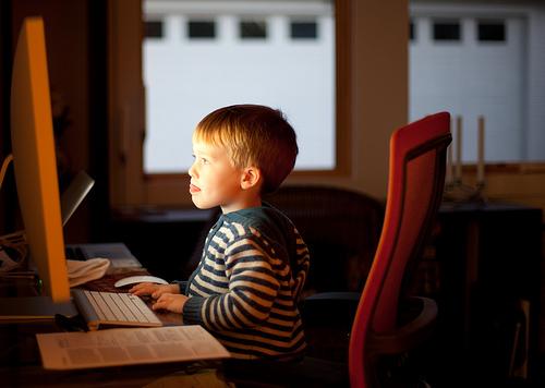 Ребенок на занятиях по Skype