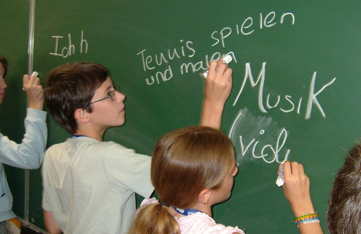 дети в школе на уроках немецкого языка