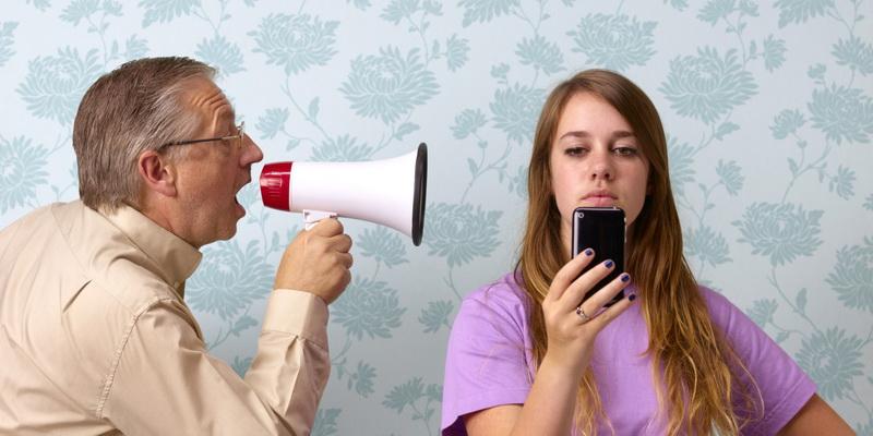 отец и дочь в телефоне