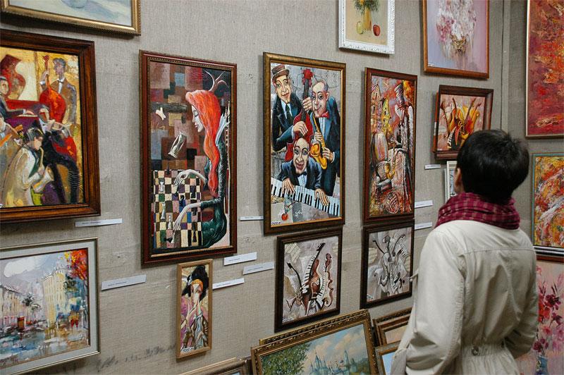 картина - художник и посетители галереи