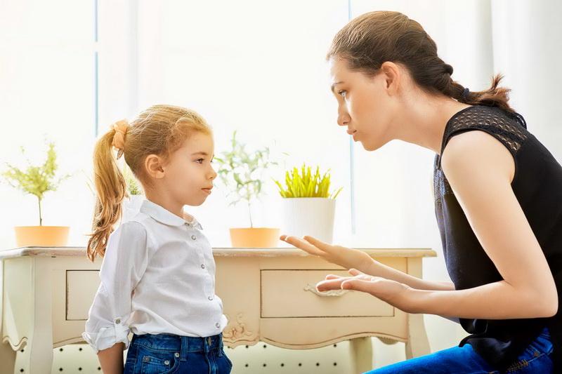 мать и дочь разговаривают