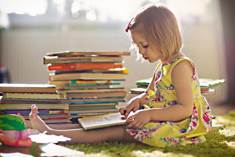 маленькая девочка читает