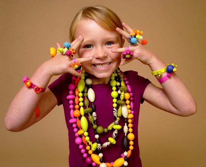 детские украшения на девочке