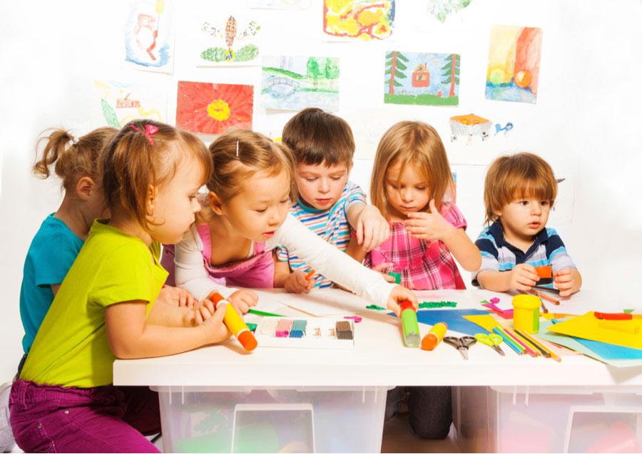 Дети делают поделки своими руками