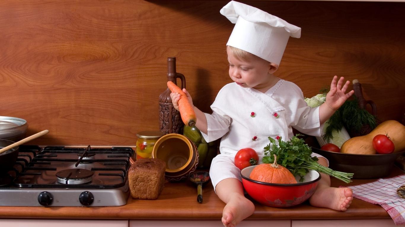 малыш с морковкой